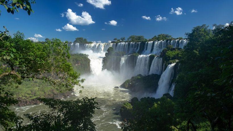 ¿ Cómo colocar texto encima de una imagen con CSS pensando en Iguazú?